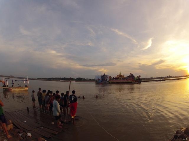 закат на Меконге, Вьентьян